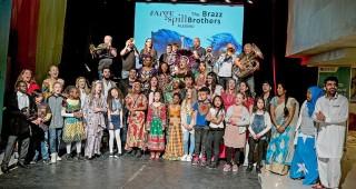 Hele Fargespill pluss Ålesund Brass ensamble med voksne og barn samlet på scenen i felles foto.